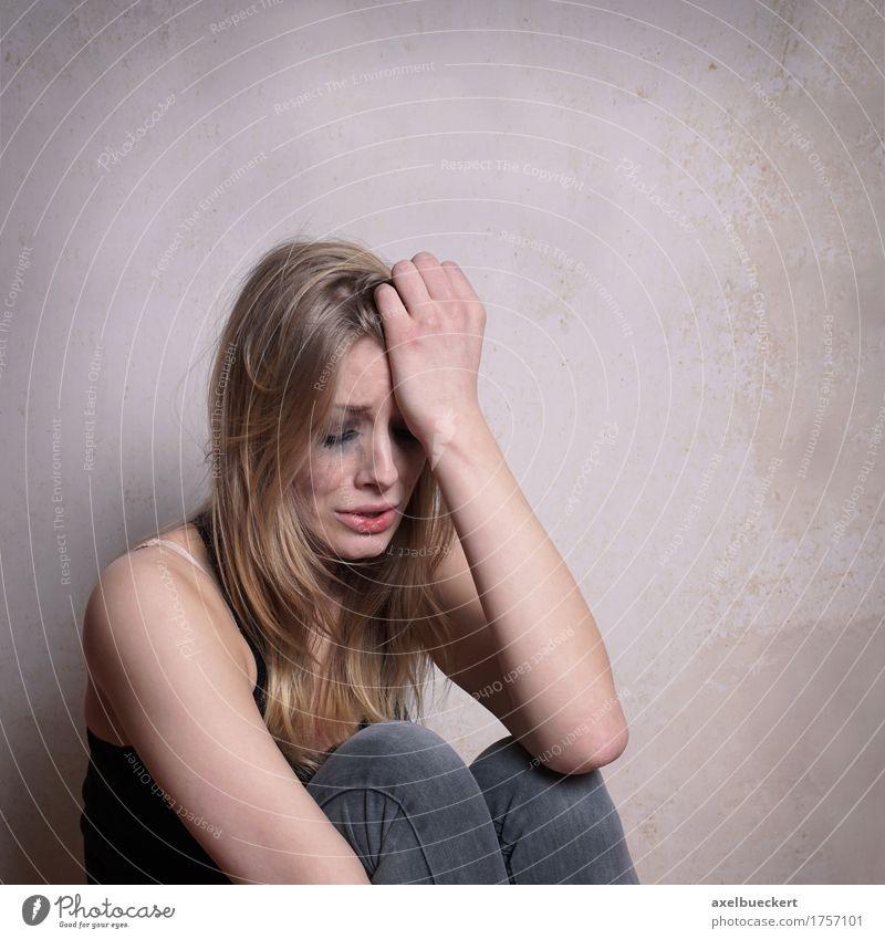 Mensch Frau Jugendliche Junge Frau Einsamkeit 18-30 Jahre Erwachsene Traurigkeit Gefühle feminin Stimmung Textfreiraum blond sitzen Trauer langhaarig