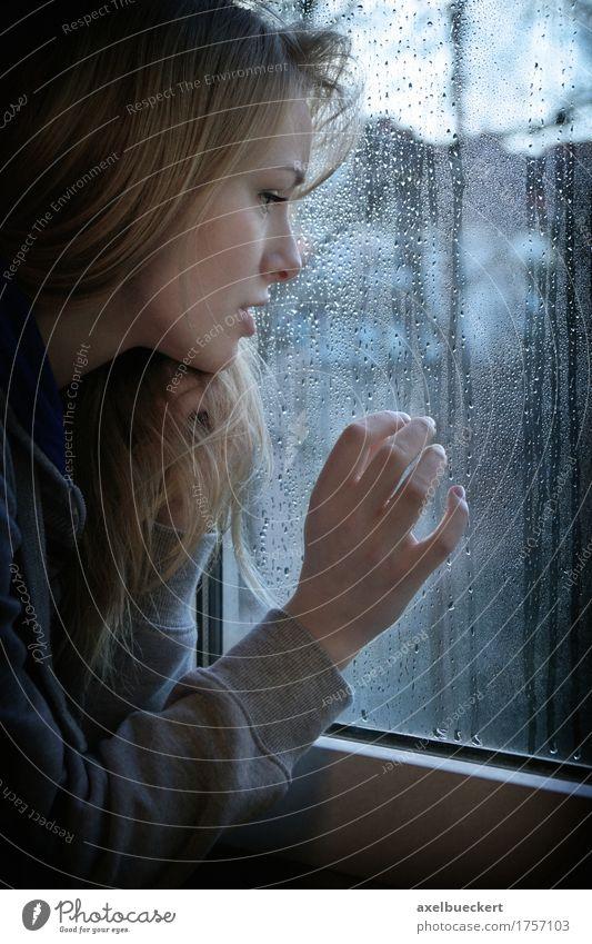 Mensch Frau Jugendliche blau Junge Frau Einsamkeit Winter Fenster 18-30 Jahre Erwachsene Traurigkeit Gefühle Herbst feminin Denken Stimmung