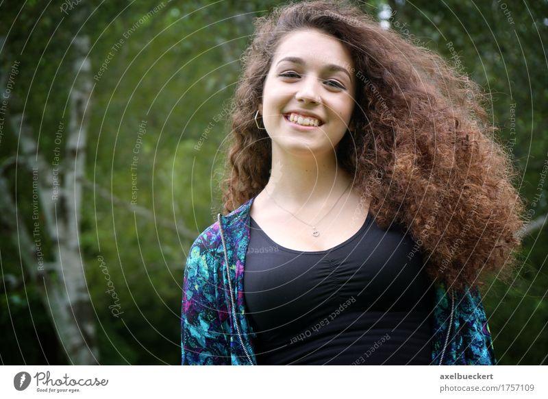 glücklicher Teenager im Freien Lifestyle Freude Freizeit & Hobby Mensch feminin Mädchen Junge Frau Jugendliche Erwachsene 1 13-18 Jahre 18-30 Jahre Baum Park