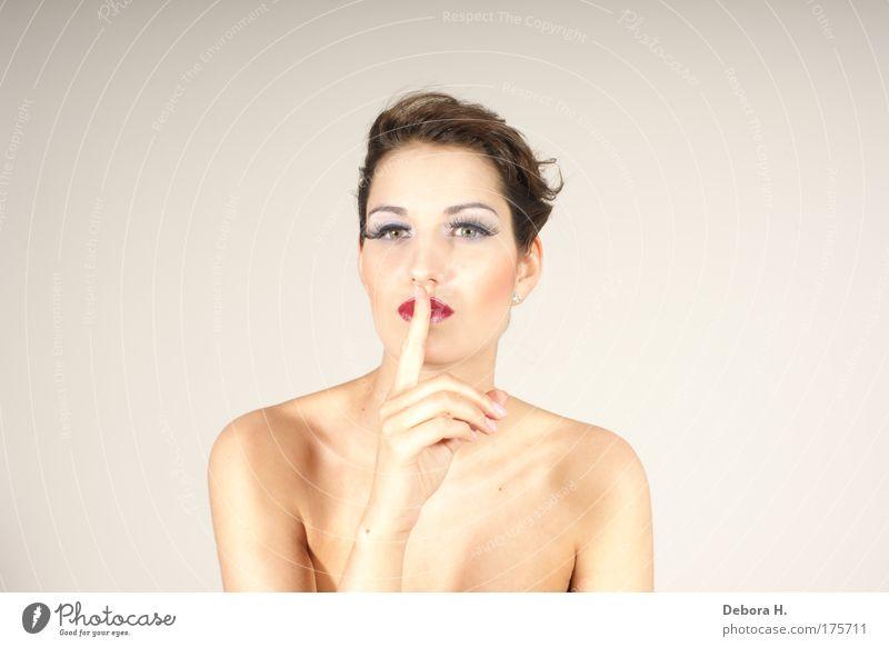 pssssssssssssssssst Farbfoto Studioaufnahme Hintergrund neutral Kunstlicht Blitzlichtaufnahme Porträt Blick Blick in die Kamera Blick nach vorn elegant schön