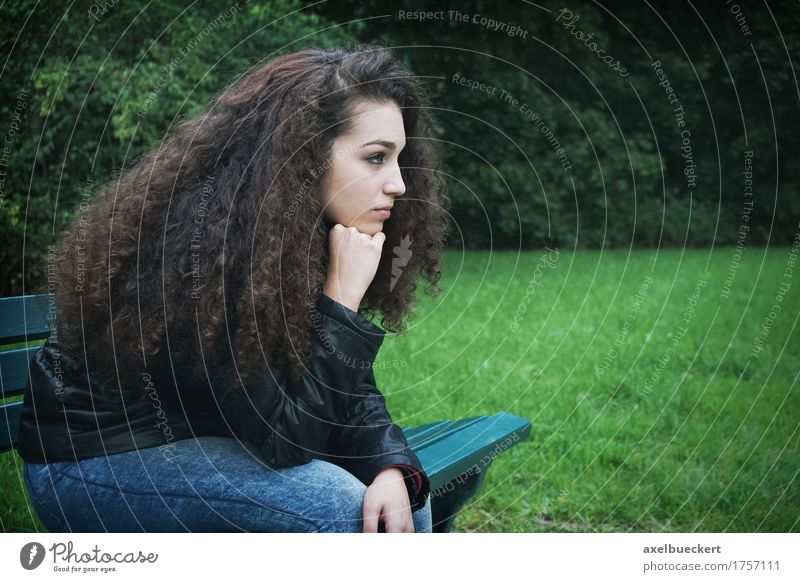 traurige junge Frau, die auf Bank sitzt Lifestyle Mensch feminin Mädchen Junge Frau Jugendliche Erwachsene 1 13-18 Jahre Park brünett langhaarig Locken Denken