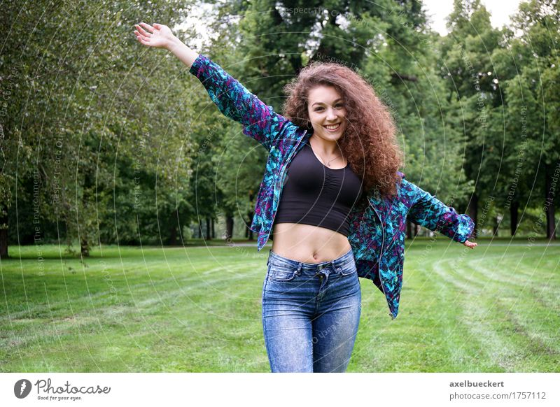 junge spanische Frau, die Natur genießt Mensch Jugendliche Sommer Junge Frau Baum Landschaft Freude Mädchen 18-30 Jahre Erwachsene Wiese natürlich Gras