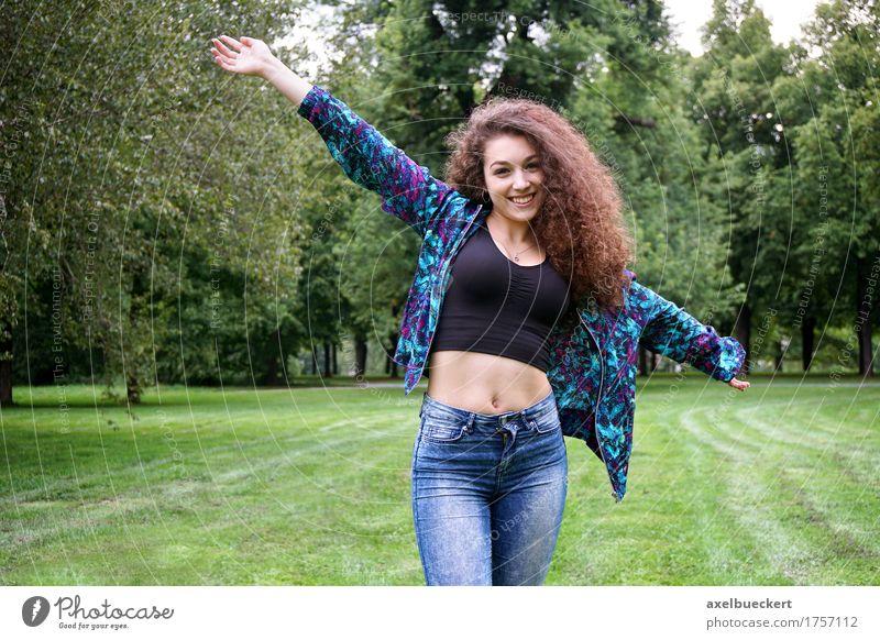 Mensch Frau Natur Jugendliche Sommer Junge Frau Baum Landschaft Freude Mädchen 18-30 Jahre Erwachsene Wiese natürlich Gras Lifestyle