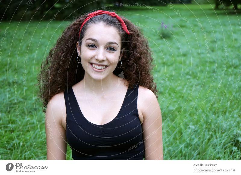 schöne junge Frau aus Spanien Mensch Jugendliche Sommer Junge Frau Freude Mädchen Erwachsene Wiese natürlich Gras Lifestyle feminin lachen Park