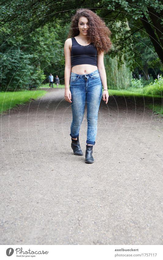 Mensch Frau Natur Jugendliche Sommer Junge Frau Baum Mädchen 18-30 Jahre Erwachsene Wege & Pfade Lifestyle feminin Park Textfreiraum Freizeit & Hobby
