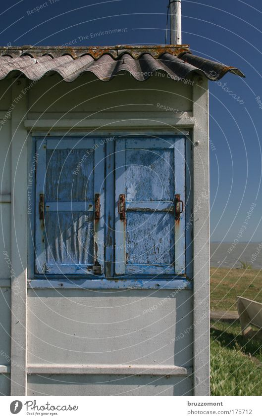 No Place like Home Hütte Klause Fenster Fensterladen blau geschlossen Schlick Ebbe Meer Bretagne Schornstein verwittert Wellblech