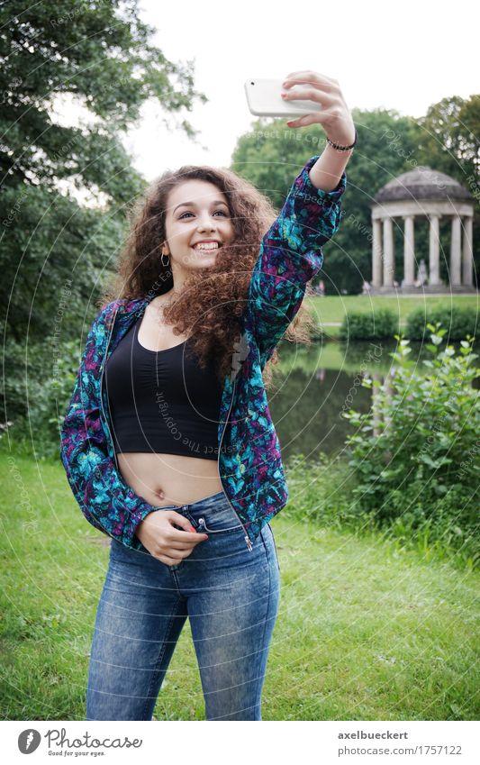 junge Frau unter Selfie Mensch Jugendliche Sommer Junge Frau Freude Mädchen Erwachsene Lifestyle feminin lachen Park Freizeit & Hobby 13-18 Jahre