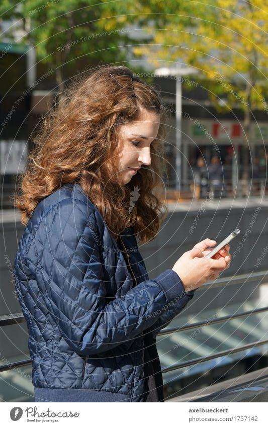 Mädchen schaut auf Smartphone Mensch Frau Jugendliche Stadt Junge Frau 18-30 Jahre Erwachsene Lifestyle Spielen Freizeit & Hobby modern Technik & Technologie