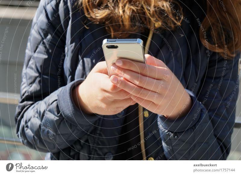 Frau mit Smartphone Mensch Jugendliche Junge Frau Hand Mädchen 18-30 Jahre Erwachsene Lifestyle Freizeit & Hobby modern Technik & Technologie lesen Telefon