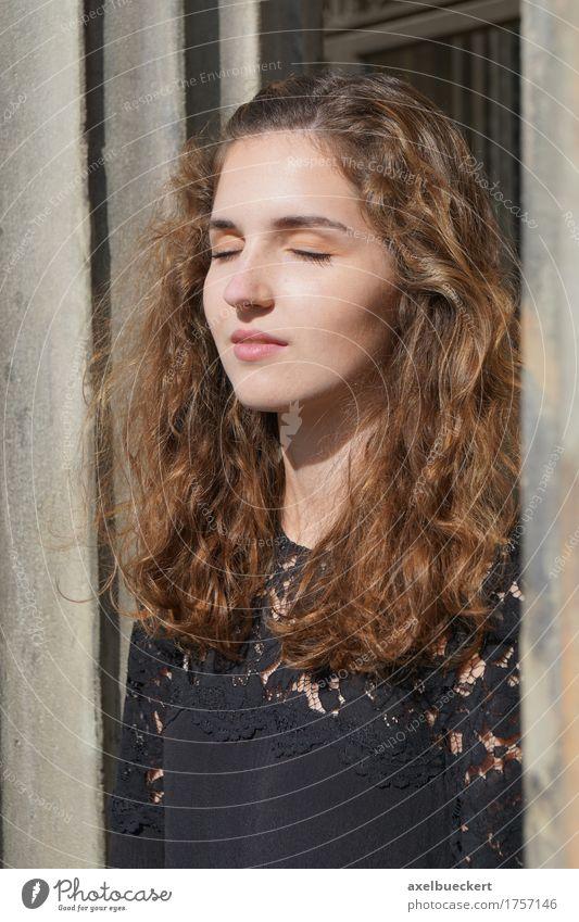 Mädchen genießt den Sonnenschein auf ihrem Gesicht Lifestyle schön Freizeit & Hobby Mensch feminin Junge Frau Jugendliche Erwachsene 1 18-30 Jahre brünett