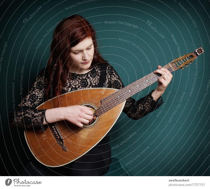Mensch Frau Jugendliche Junge Frau 18-30 Jahre Erwachsene Lifestyle feminin Spielen Musik retro Tradition machen Gitarre Musikinstrument Entertainment