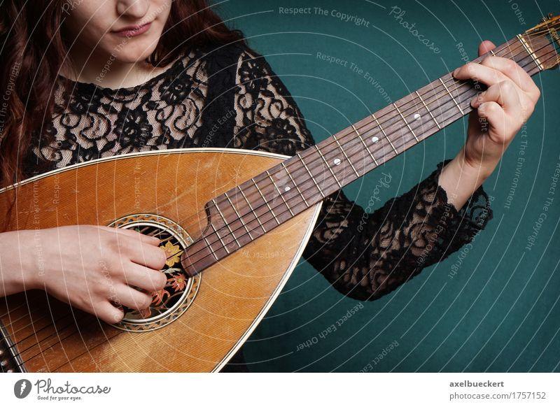 Mensch Frau Jugendliche Junge Frau 18-30 Jahre Erwachsene Lifestyle feminin Spielen Musik retro Tradition Gitarre Musikinstrument Entertainment Musiker