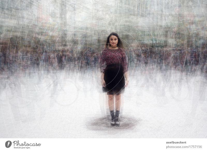 Frau inmitten einer geschäftigen Menschenmenge Jugendliche Stadt Junge Frau Einsamkeit 18-30 Jahre Erwachsene Straße Traurigkeit Bewegung Lifestyle feminin