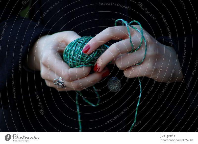 Grün Hand Jugendliche grün rot feminin Spielen Nähgarn Zauberei u. Magie Wolle wickeln stricken Junge Frau Knäuel Handarbeit