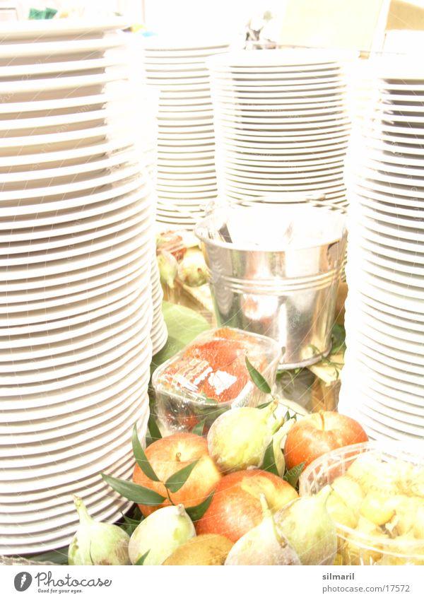 ... was türmt sich da? Geschirr Gast weiß Gesundheit frisch Vitamin Tellerstapel Turm Ernährung Decke Frucht