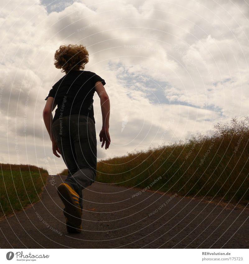 Junger Mann rennt auf einer Straße Farbfoto Außenaufnahme Textfreiraum rechts Tag Kontrast Silhouette Ganzkörperaufnahme Wegsehen Mensch maskulin Jugendliche 1