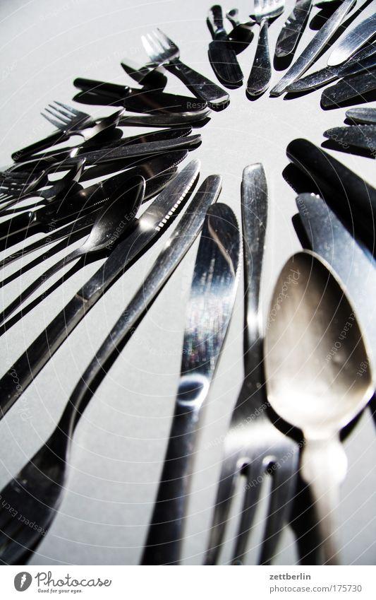 Keine Schere, kein Licht Messer Gabel Löffel teelöffel. kaffeelöffel Besteck Ernährung Lebensmittel Metall Metallwaren Eisen silber Erbe Kreis ringförmig Küche