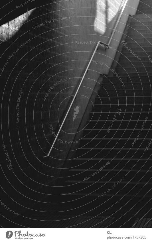 treppe Mauer Wand Treppe Treppengeländer dunkel Wege & Pfade Ziel aufwärts Schwarzweißfoto Menschenleer Textfreiraum links Textfreiraum rechts Textfreiraum oben