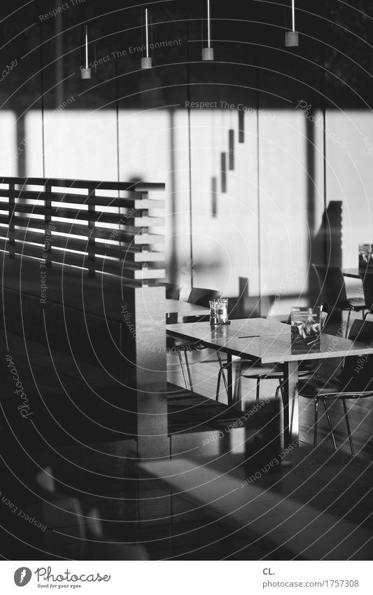 kantine Kaffeetrinken Innenarchitektur Möbel Lampe Stuhl Tisch Raum Dienstleistungsgewerbe Feierabend ruhig Café Kantine Speisesaal Schwarzweißfoto