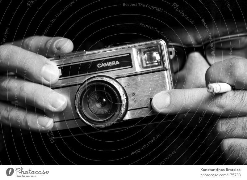 CLICK Mensch Mann alt Hand Erwachsene Gesicht dunkel Freizeit & Hobby Fotografie maskulin Finger Schwarzweißfoto Brille retro Rauchen Fotokamera