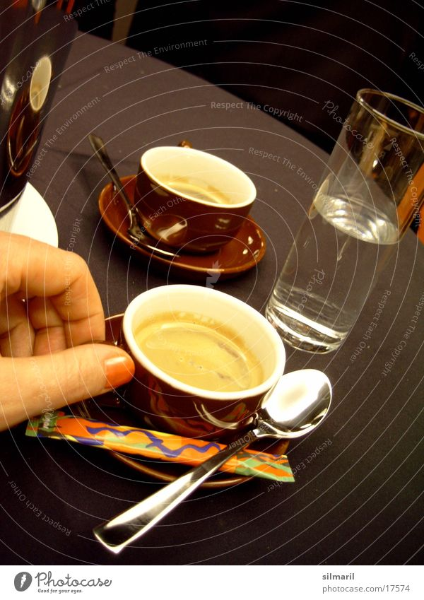 Zeit für einen Espresso II. Hand Wasser Ernährung Glas Finger Tisch Kaffee trinken heiß Tasse Zucker Löffel Mineralwasser