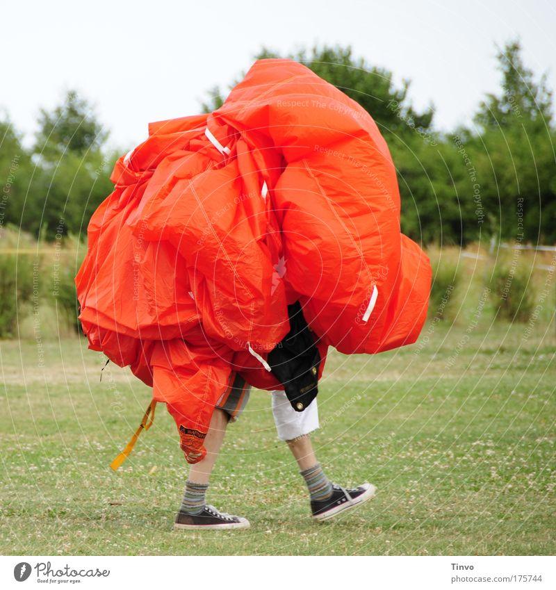 nach dem Sprung ist vor dem Sprung Farbfoto Außenaufnahme Tag Zentralperspektive Mann Erwachsene Beine 1 Mensch gehen tragen außergewöhnlich Coolness verrückt