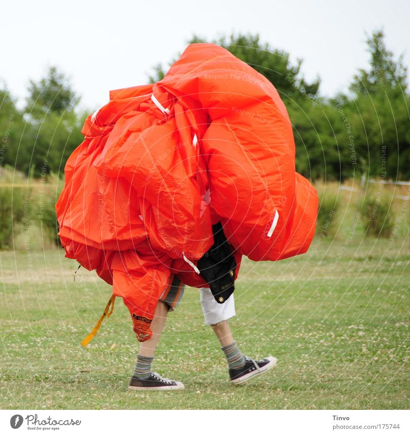 nach dem Sprung ist vor dem Sprung Mensch Mann rot Freude Erwachsene Beine gehen Abenteuer Geschwindigkeit verrückt außergewöhnlich Coolness Sicherheit Vertrauen Lebensfreude Leichtigkeit