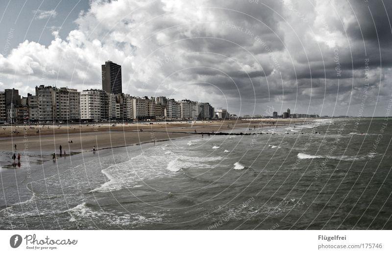 Der Tag an dem Oostende stillstand Mensch blau Sommer Meer Wolken Strand Landschaft dunkel grau Küste Sand Angst Wind Wellen Hochhaus trist