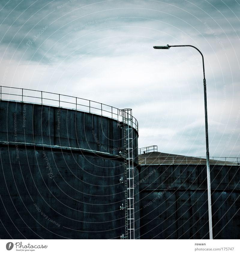 bitte volltanken blau schwarz dunkel kalt groß Industrie Energiewirtschaft Technik & Technologie Industriefotografie rund Industrieanlage Erdöl Stromkraftwerke