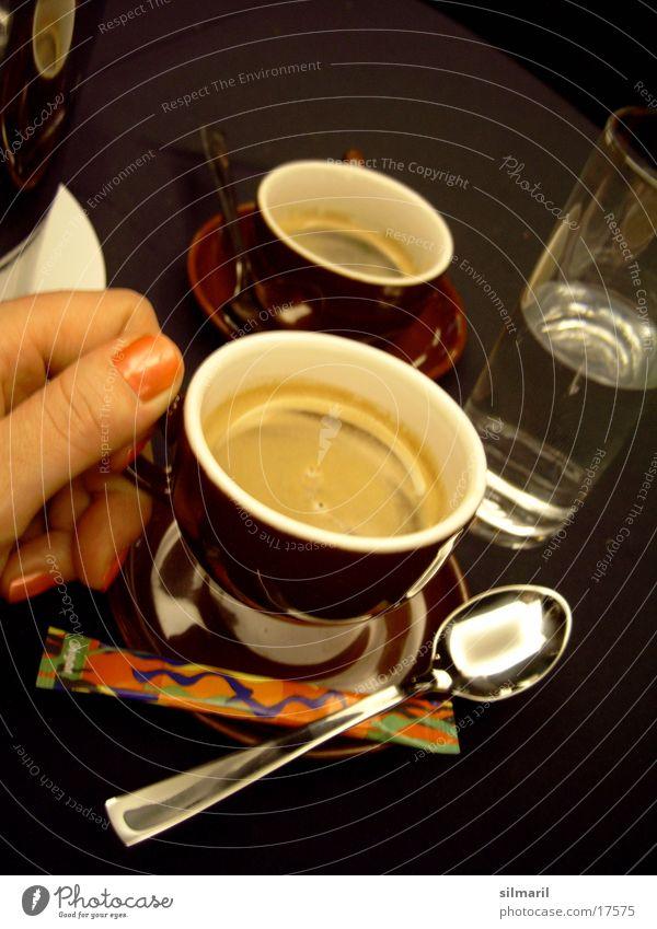 Zeit für einen Espresso I. Hand Wasser Ernährung Glas Finger Tisch Kaffee trinken heiß Tasse Zucker Löffel Mineralwasser