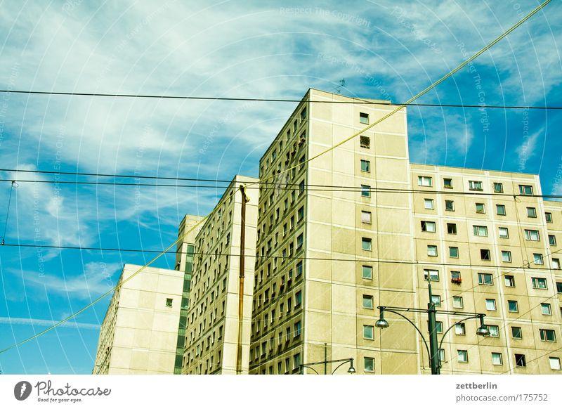 Falsche Richtung Berlin Alexanderplatz alex Block Neubausiedlung wbs 70 Plattenbau Altbau Haus Stadthaus Mieter Vermieter Fassade Fenster Fensterfront Himmel