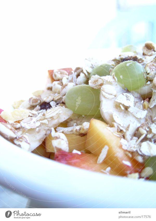 Hm, fruchtig Müsli Frühstück Weintrauben Rosinen Pfirsich Haferflocken Gesundheit Diät lecker süß Ballaststoff Teller Portion Wellness Fruchtzucker Mittagessen
