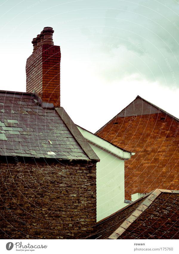 dächer rot Haus Wand Stein Mauer Gebäude Architektur Fassade Dach Häusliches Leben Backstein Bauwerk Schornstein Dachrinne Einfamilienhaus