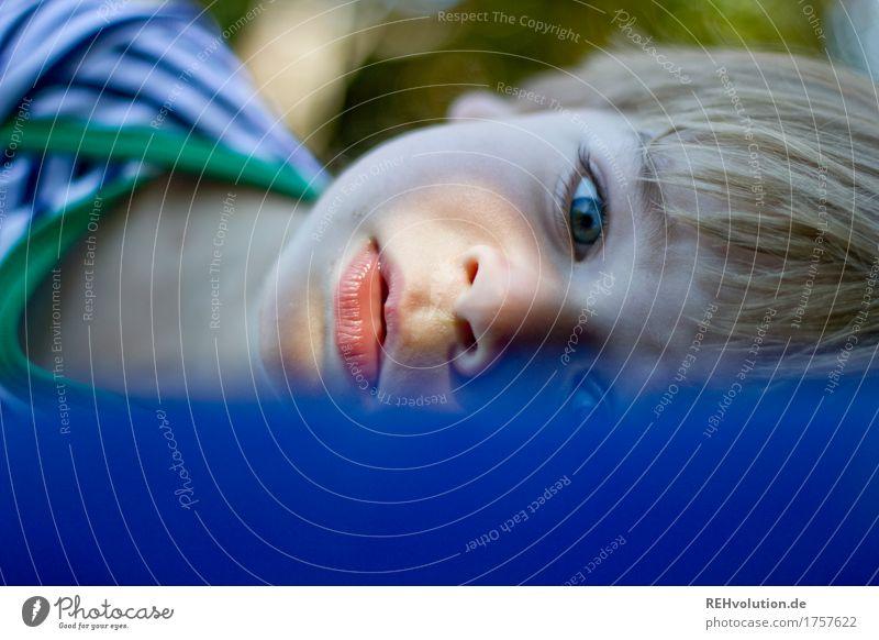 kurze Pause auf der Luffa Mensch Kind Erholung ruhig Gesicht Junge klein maskulin Freizeit & Hobby liegen Kindheit niedlich Wachsamkeit Kleinkind achtsam
