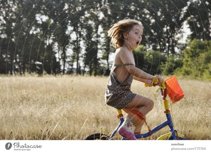 voll das leben .. ADS Ritalin Fahrradfahren Kind Mädchen Kindheit Kindheitserinnerung 1 3-8 Jahre Kleid Gummistiefel Bewegung Spielen authentisch frech frei
