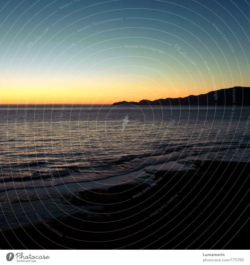 Ausklang Ferien & Urlaub & Reisen Landschaft Wolkenloser Himmel Horizont Sonnenaufgang Sonnenuntergang Sommer Hügel Wellen Küste Strand Meer frei Unendlichkeit