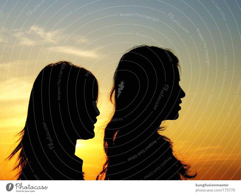 schattenkinder Farbfoto Außenaufnahme Morgendämmerung Schatten Kontrast Silhouette Oberkörper Profil Wohlgefühl Ferien & Urlaub & Reisen Sommer feminin