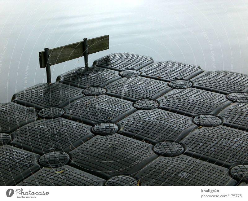 Anlegestelle Wasser blau schwarz Kunststoff Ponton