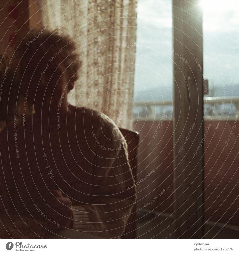 Schattendasein Frau Mensch Senior Einsamkeit Ferne Leben Gefühle Fenster träumen Traurigkeit Erwachsene Wohnung Zeit Perspektive Kommunizieren