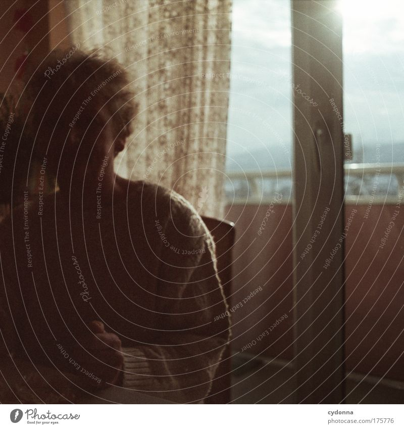 Schattendasein Frau Mensch Senior Einsamkeit Ferne Leben Gefühle Fenster träumen Traurigkeit Erwachsene Wohnung Zeit Perspektive Kommunizieren Wandel & Veränderung