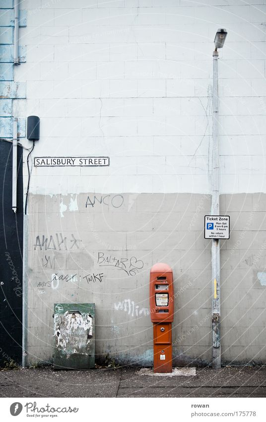 salisbury street Farbfoto Gedeckte Farben Außenaufnahme Menschenleer Textfreiraum oben Textfreiraum Mitte Tag Stadt Bauwerk Gebäude Architektur Mauer Wand