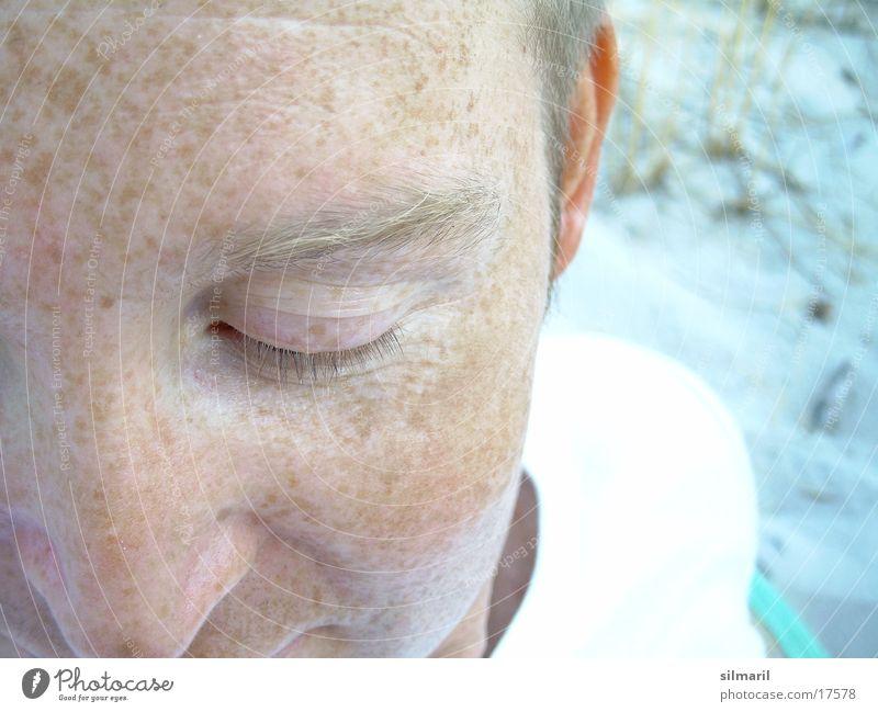 Ich bin so verschossen / in Deine Sommersprossen I Mensch hell Anschnitt Sommersprossen Wimpern bleich Augenbraue Hautfarbe Teint Männergesicht Pigmentfleck geschlossene Augen Gesichtsfarbe Männernase
