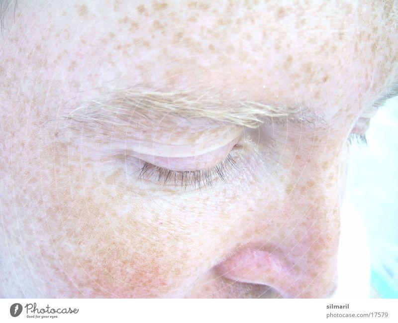 Ich bin so verschossen/ in Deine Sommersprossen II 1 Mensch hell Pigmentfleck Gesichtsfarbe Hautfarbe bleich Männernase Teint Anschnitt Augenbraue Männergesicht