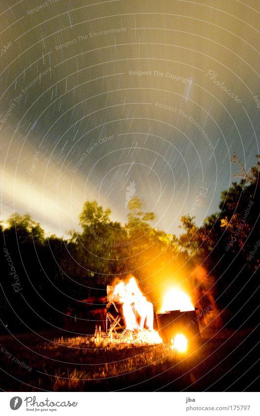 ausklingen lassen Farbfoto Außenaufnahme Textfreiraum oben Nacht Langzeitbelichtung Feuer Himmel Nachthimmel Stern heiß Wärme Feuerstelle Lagerfeuerstimmung