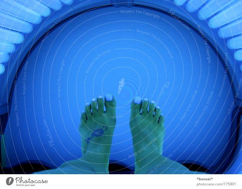 solarium Mensch Frau blau schön Erwachsene feminin Beine Fuß hell liegen Haut ästhetisch leuchten Wellness Sonnenbad Wohlgefühl