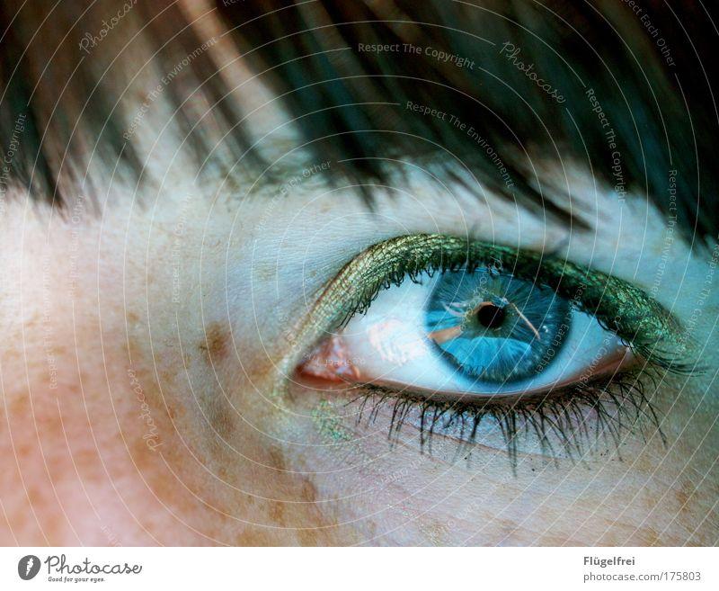 Deep blue feminin Frau Erwachsene Auge 1 Mensch 18-30 Jahre Jugendliche Blick kalt blau Lidschatten Schminke Kosmetik olivgrün Sommersprossen fixieren