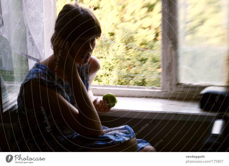 Mensch Jugendliche blau grün Fenster feminin Junge Frau Denken Stimmung Wohnung Frucht Lebensmittel Kleid Apfel hören Gelassenheit