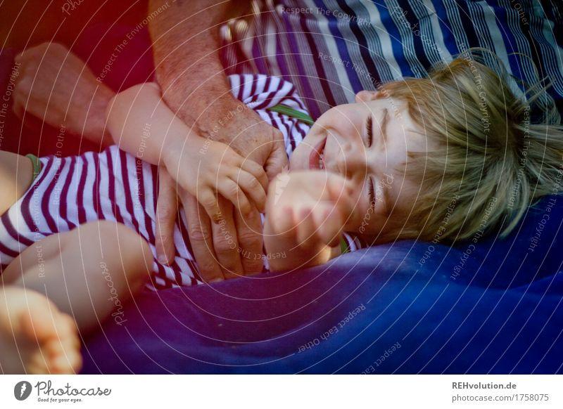 durchgekitzelt Spielen Mensch maskulin Kind Kleinkind Junge Großvater Familie & Verwandtschaft Kindheit 2 1-3 Jahre 60 und älter Senior Garten Luftmatratze