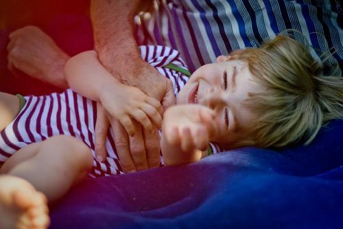 Kind wird durchgekitzelt Spielen Mensch maskulin Kleinkind Junge Großvater Familie & Verwandtschaft Kindheit 2 1-3 Jahre 60 und älter Senior Garten Luftmatratze
