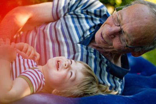 bester opa | auf dem luftpuffer Mensch Kind Mann alt blau Erholung Freude Erwachsene Senior lustig Gesundheit Junge Familie & Verwandtschaft lachen Glück Garten